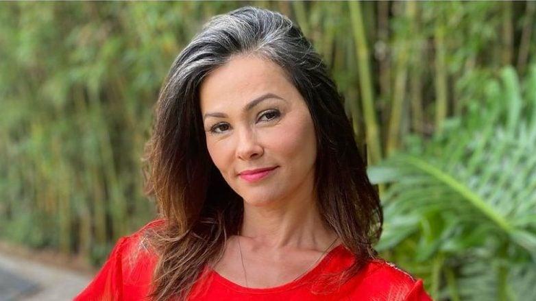 atriz suzana alves com blusa vermelha e mão na cintura