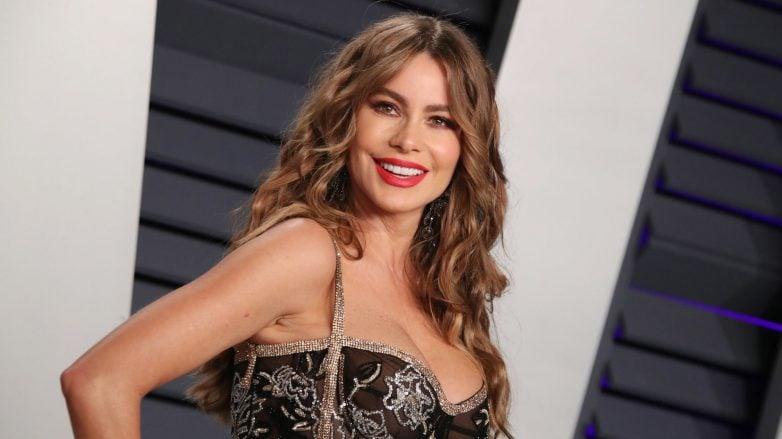 atriz sofia vergara com cabelo em camadas ondulado morena iluminada longo