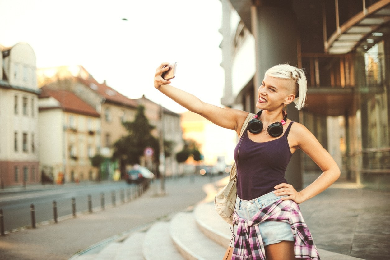 Woman with blonde hair and undercut hairstyle. Short summer hairstyles.