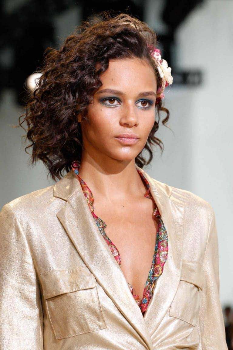 haircuts for round faces curly hair