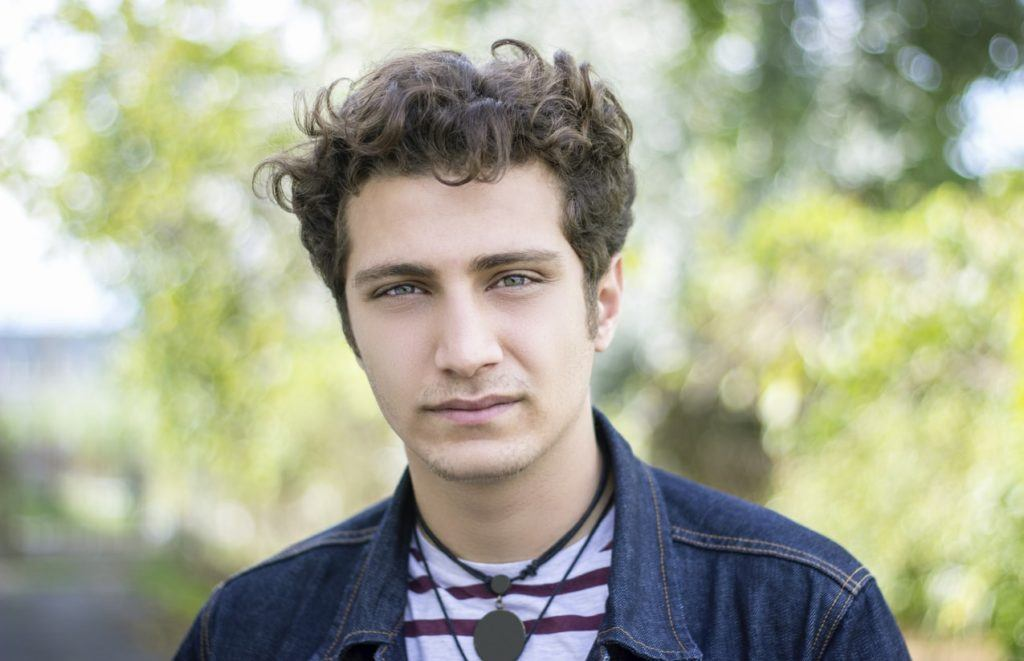hairstyles for men with thick curl hair overgrown brunette fade