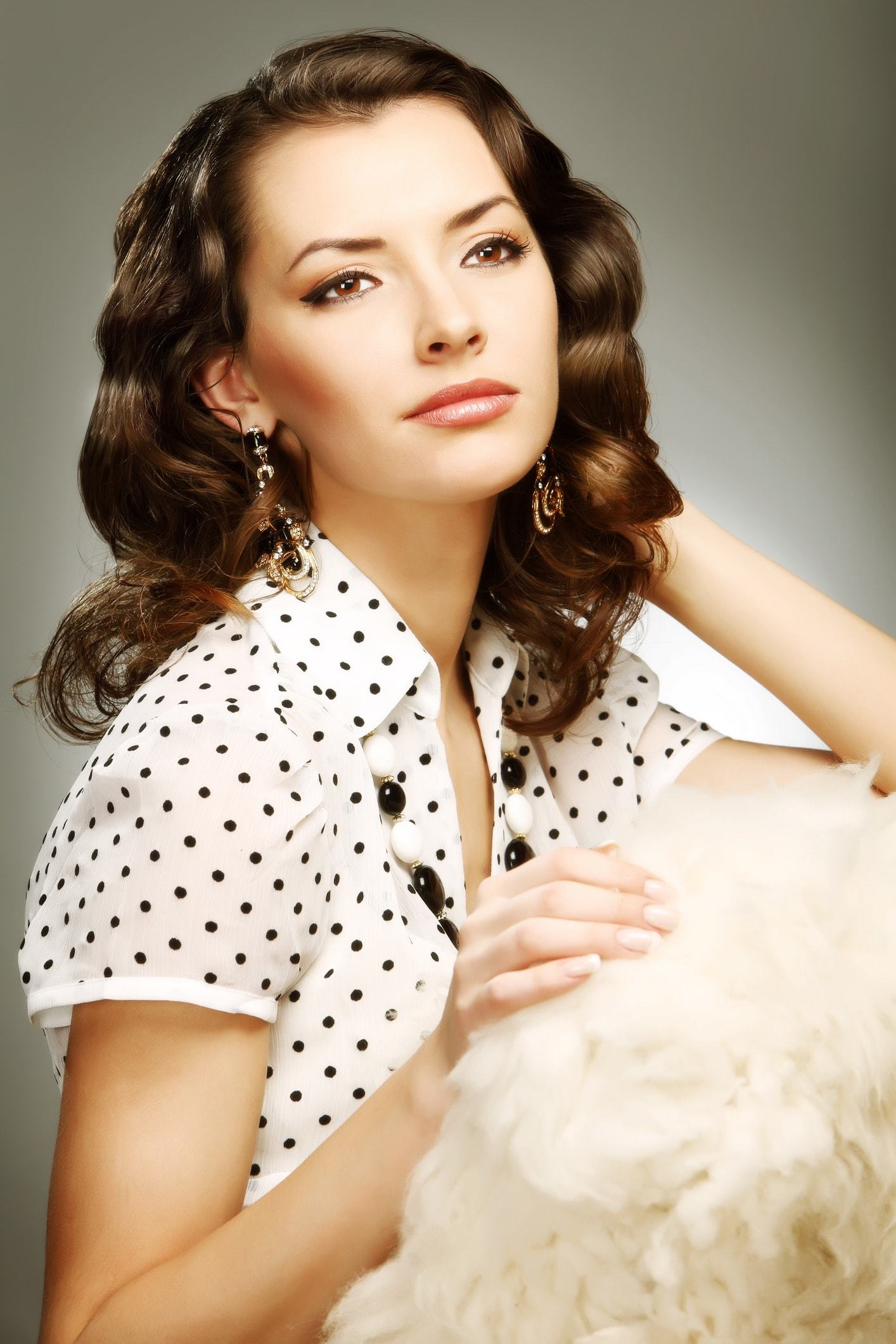 victorian hairstyles side part brunette curls