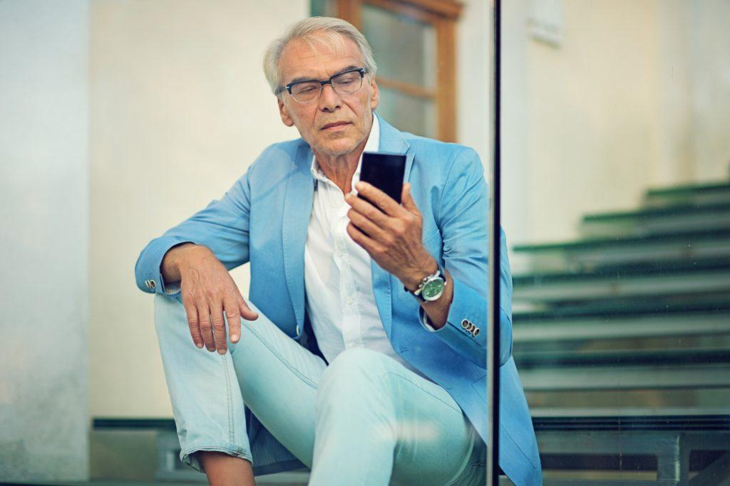 hairstyles for men over 50 messy