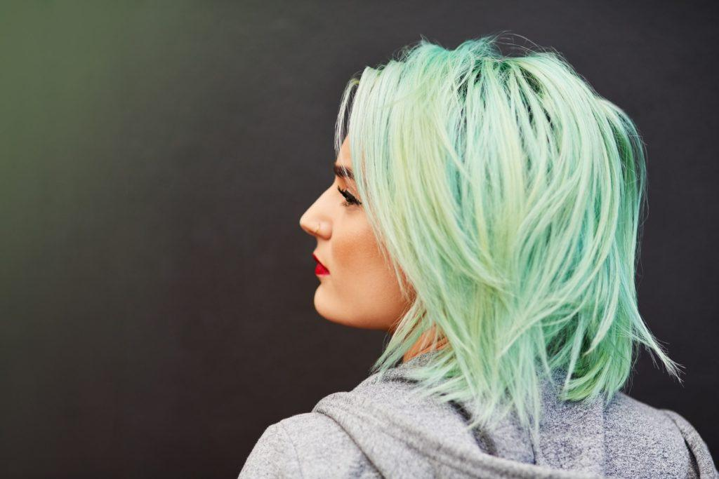 short messy hairstyles green blue layered lob