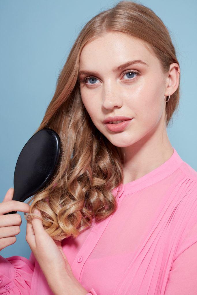 how to create big curls: brush hair