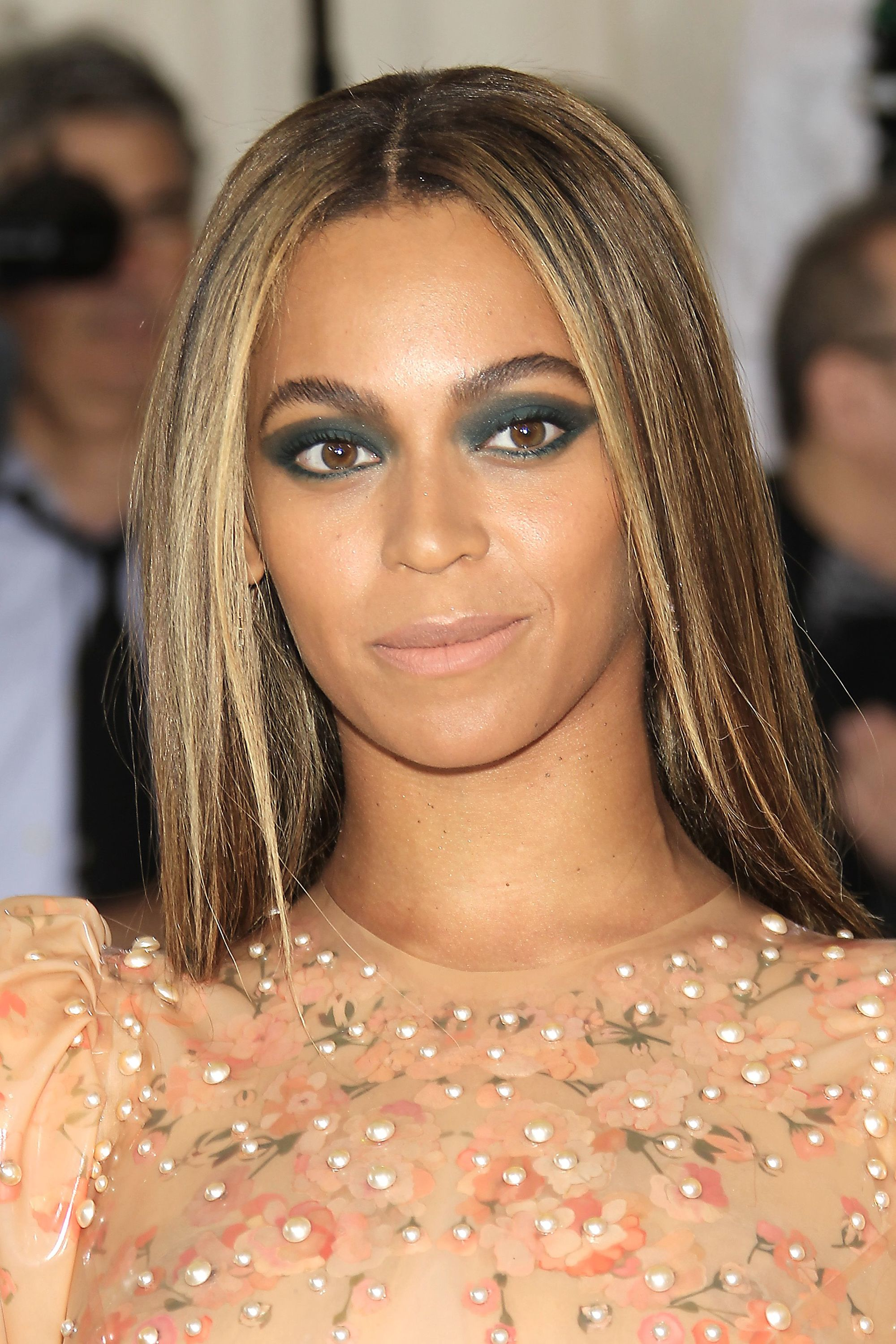 Brown hair with blonde highlights: Beyonce with straight brunette hair with caramel blonde highlights, with dark eyeshadow