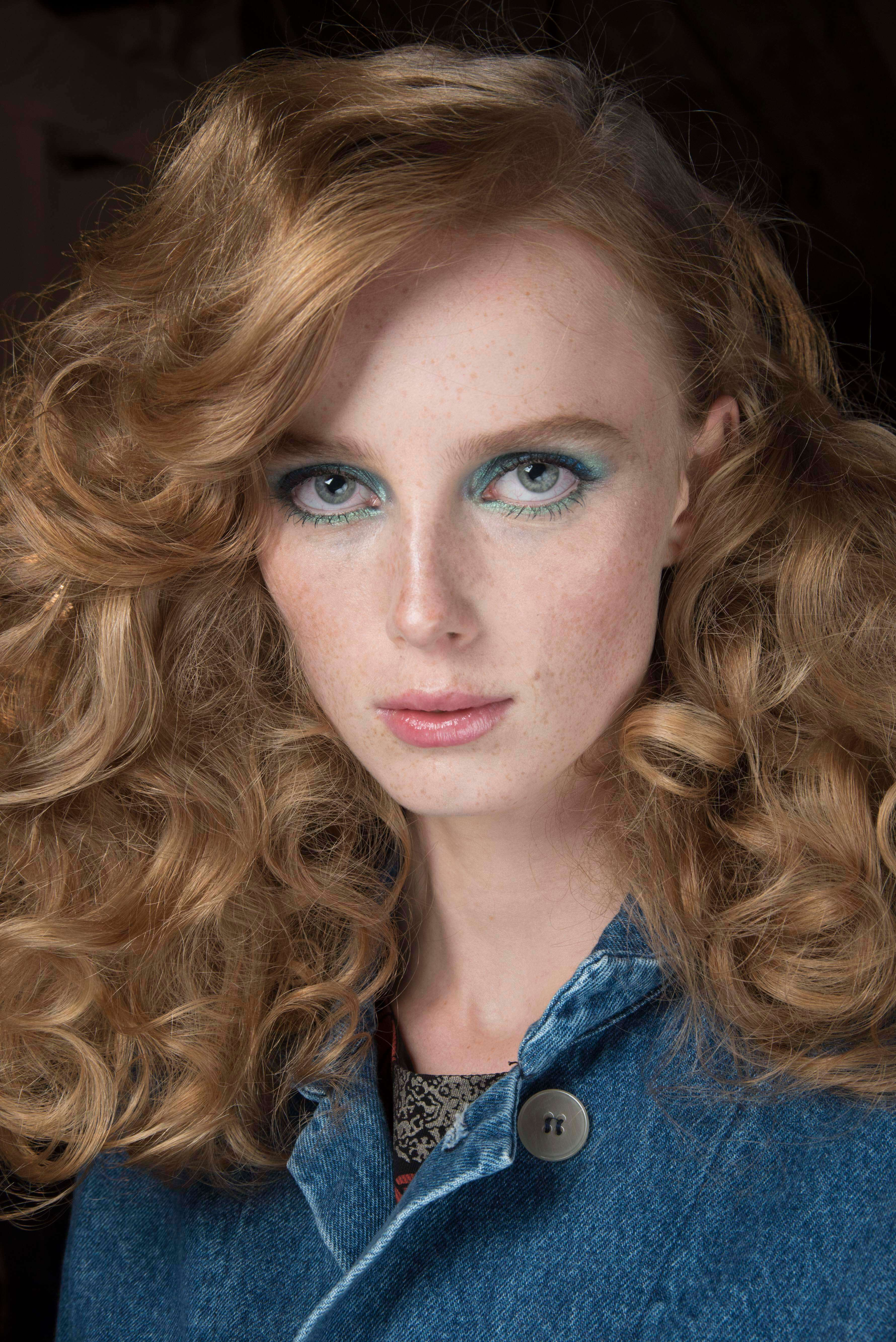 How to use a curling wand: Close-up of a redhead model with voluminous curls