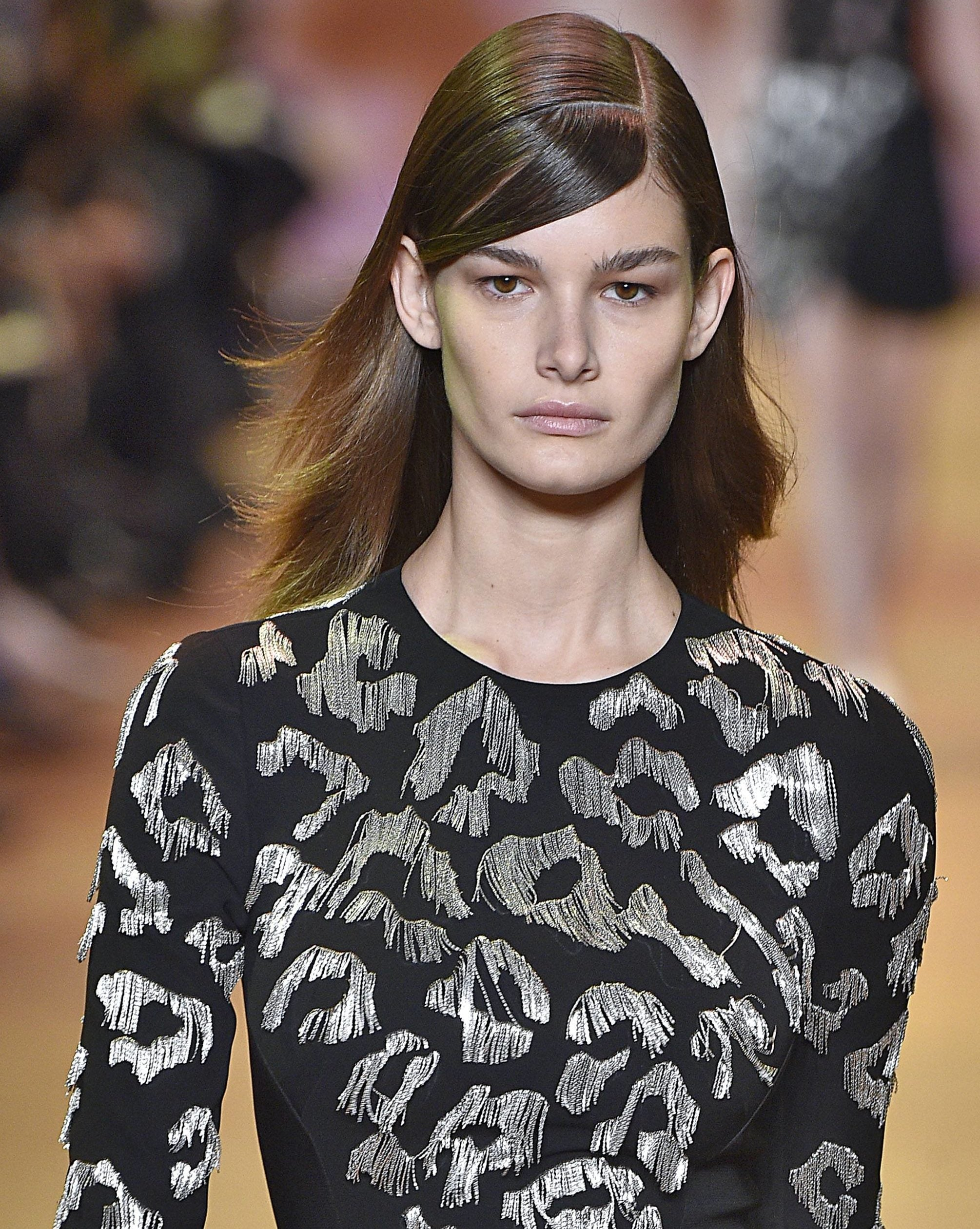 Hair parting: Mugler dark brown hair with side parting and parted fringe