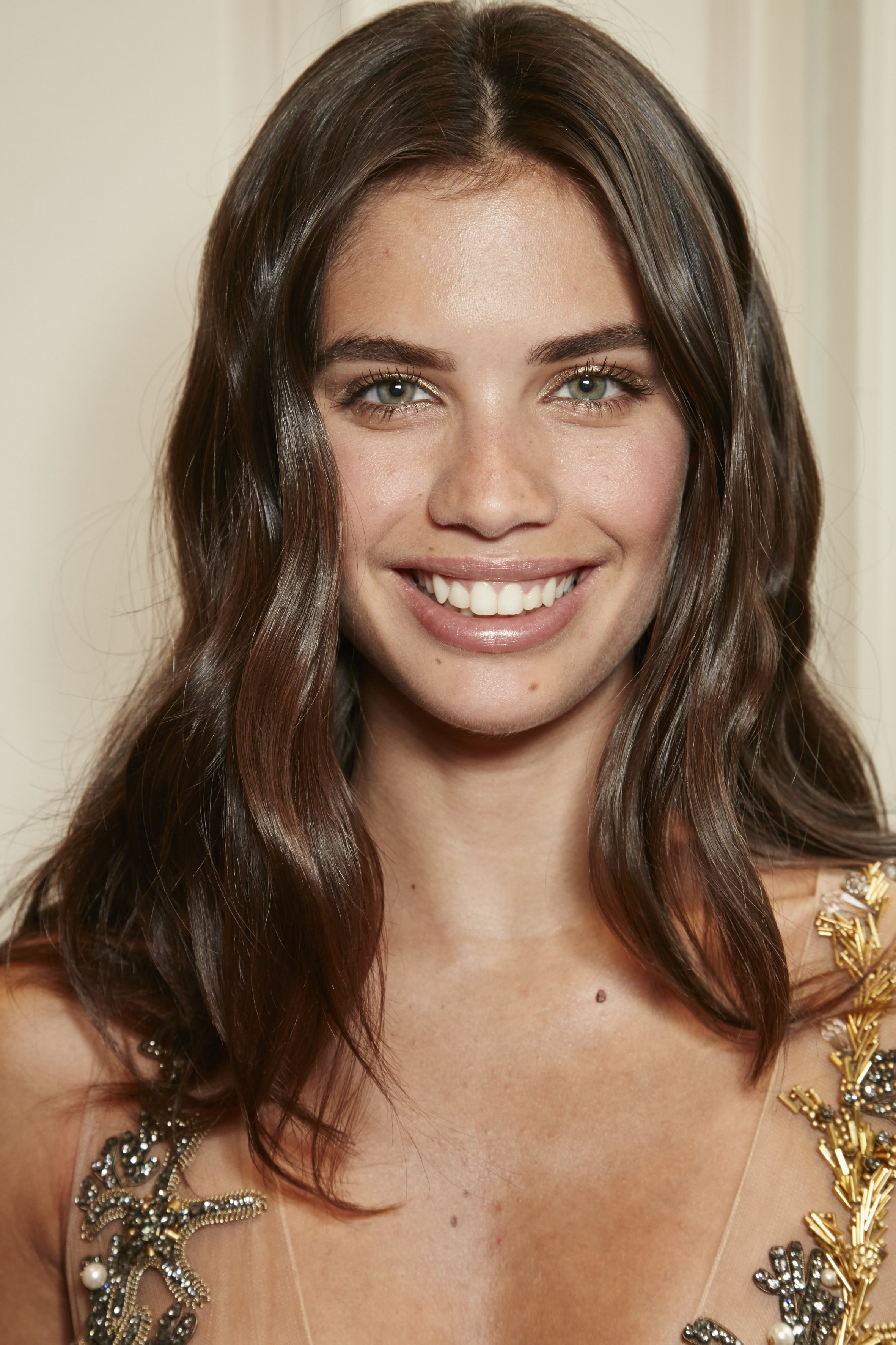 Medium hairstyles for thick hair: Taylor Hill with wavy mid-length brown hair
