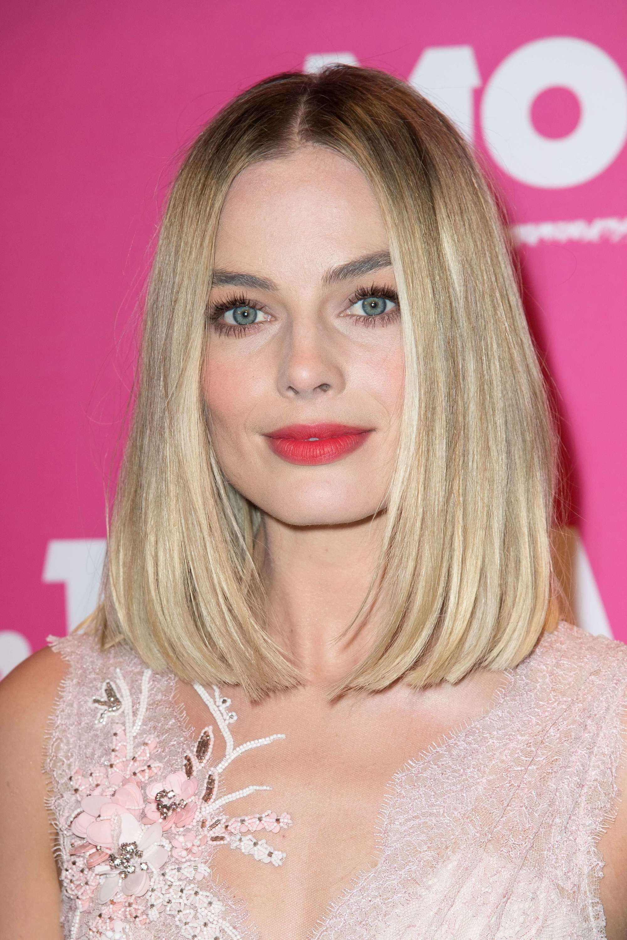 Medium hairstyles for thick hair: Margot Robbie with blonde hair in a straight rounded lob