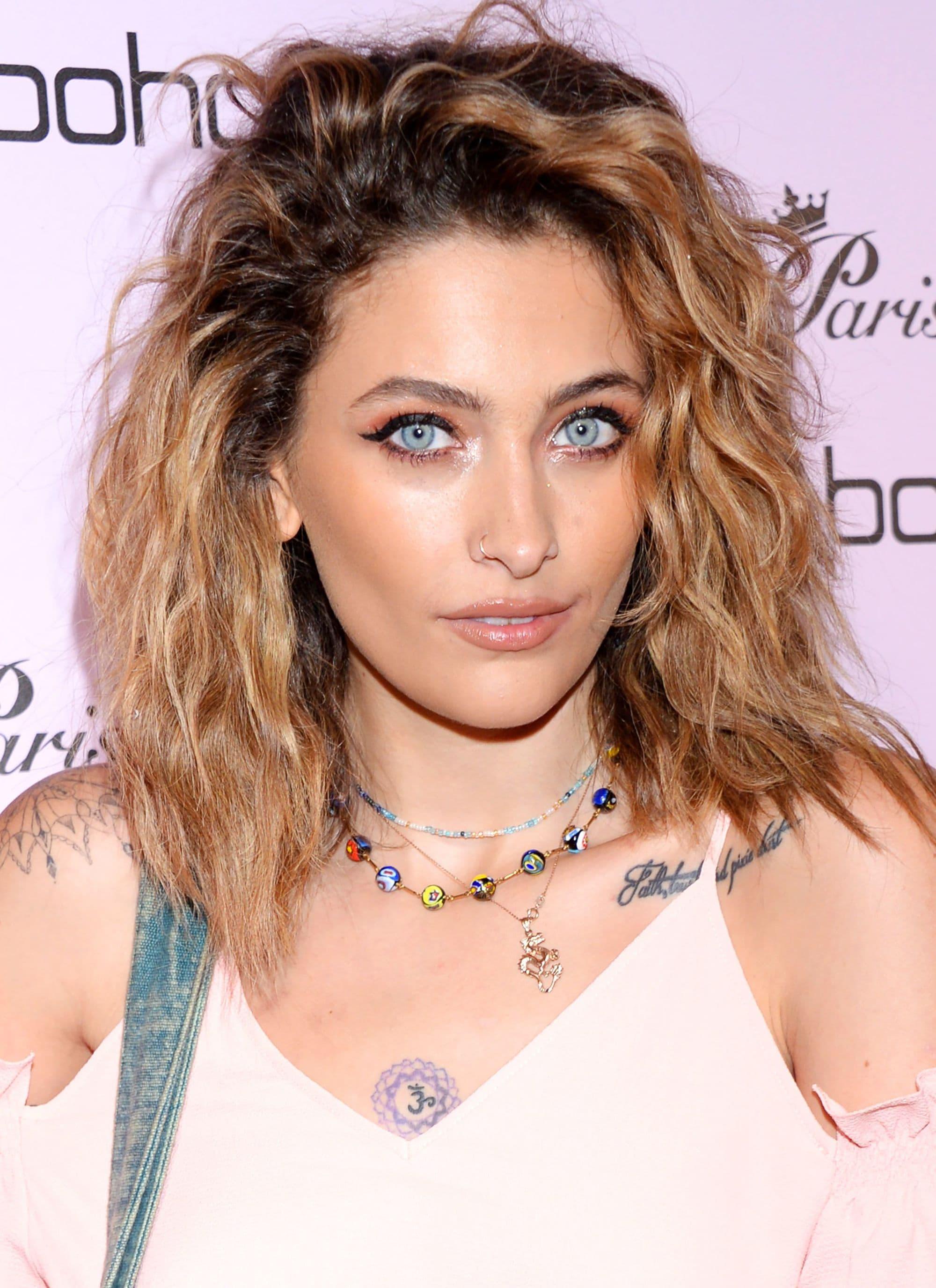 Medium hairstyles for thick hair: Paris Jackson with light warm brown hair in a mid-length layered shag cut