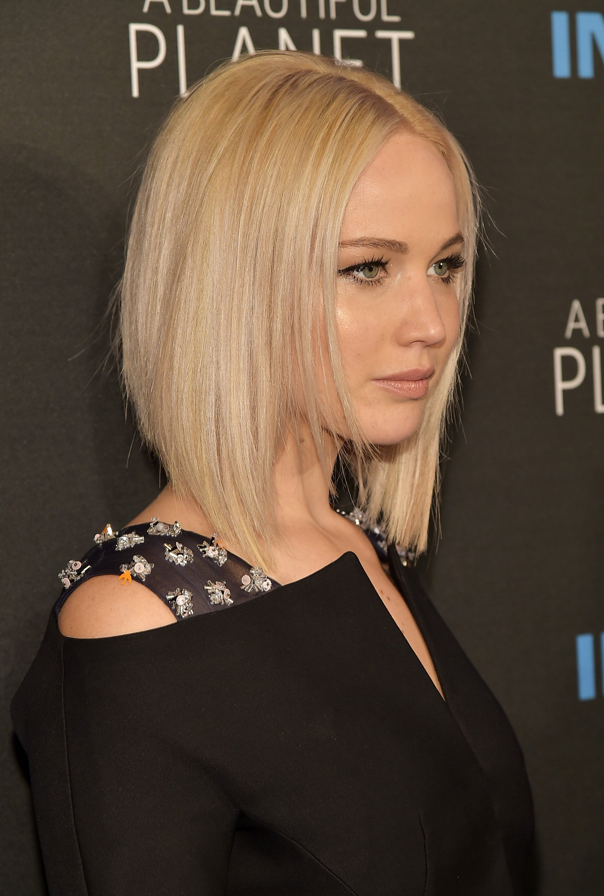Graduated bob: Jennifer Lawrence with bleach blonde straight graduated bob hairstyle on the red carpet