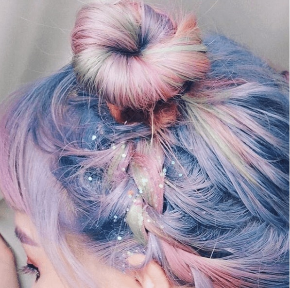 Unicorn hair: Close-up picture of pink hair in buns with braids and glitter