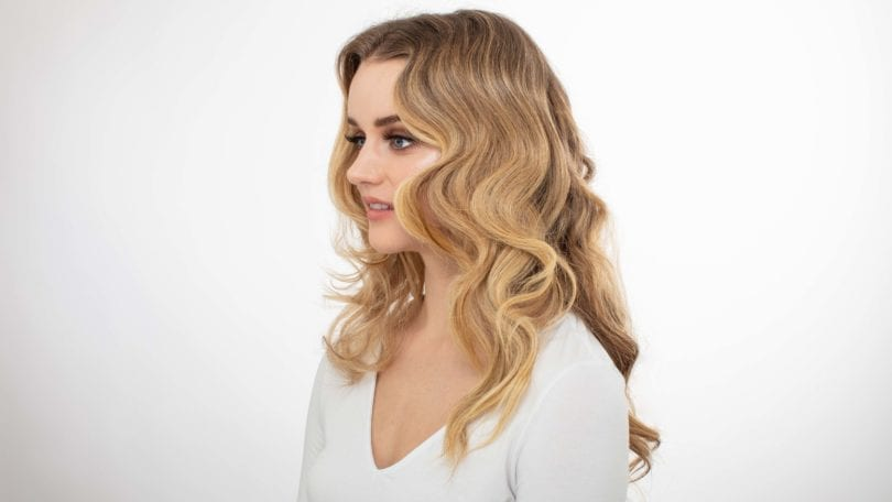 How to curl your hair: Blonde model with long s-shape waves, wearing a white v neck t-shirt