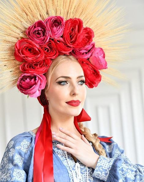 Flower crowns: Blonde woman with large rose vinok from Instagram