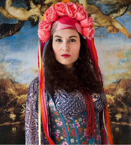 Flower crowns: Brunette woman with rose vinok from Instagram