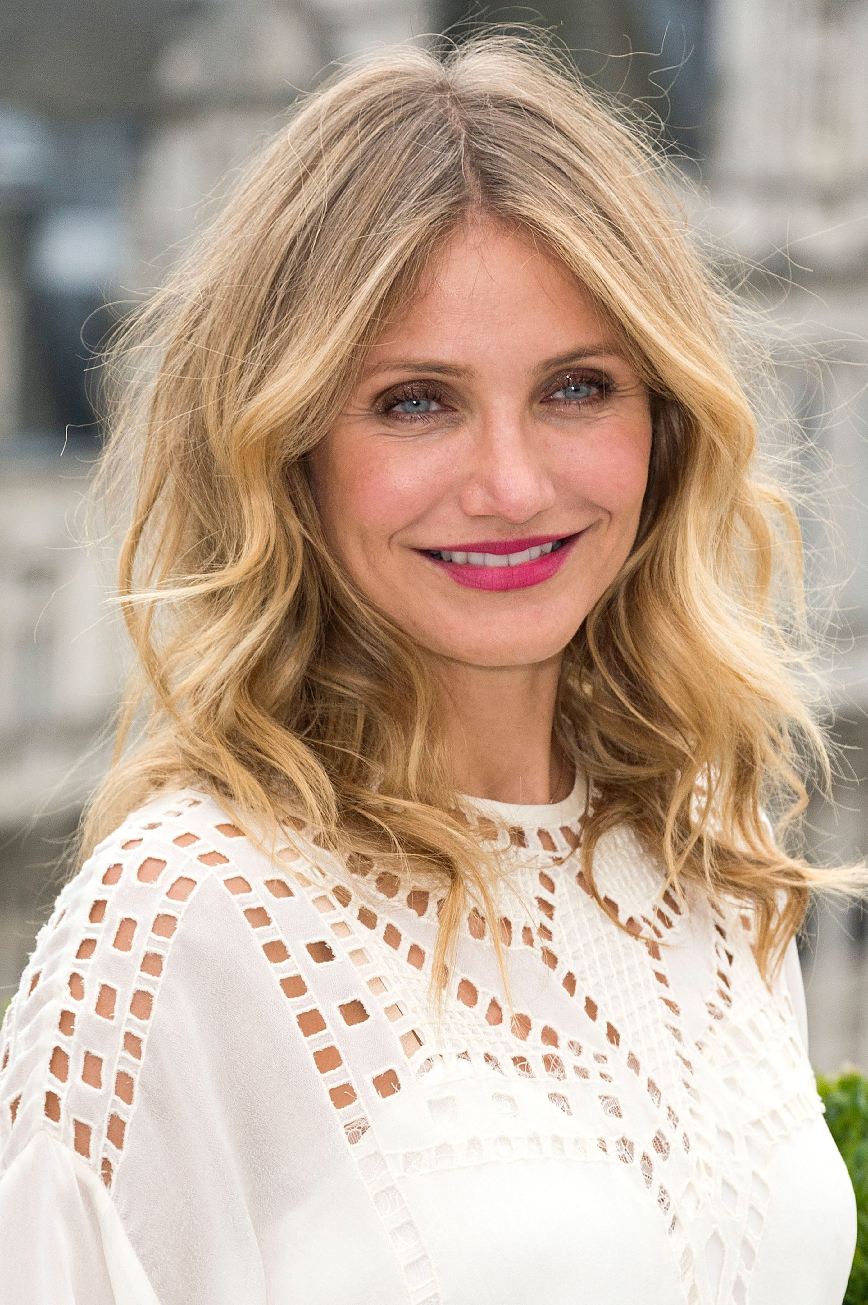 Cameron Diaz in white dress with beachy waves hairstyles for very fine hair