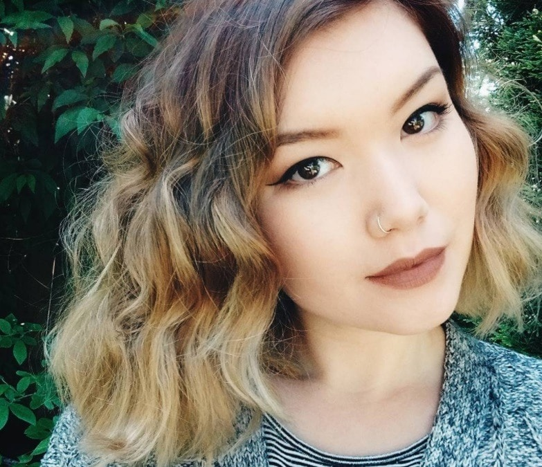 Short ombre hair: woman with wavy bob with blonde ombre short hair