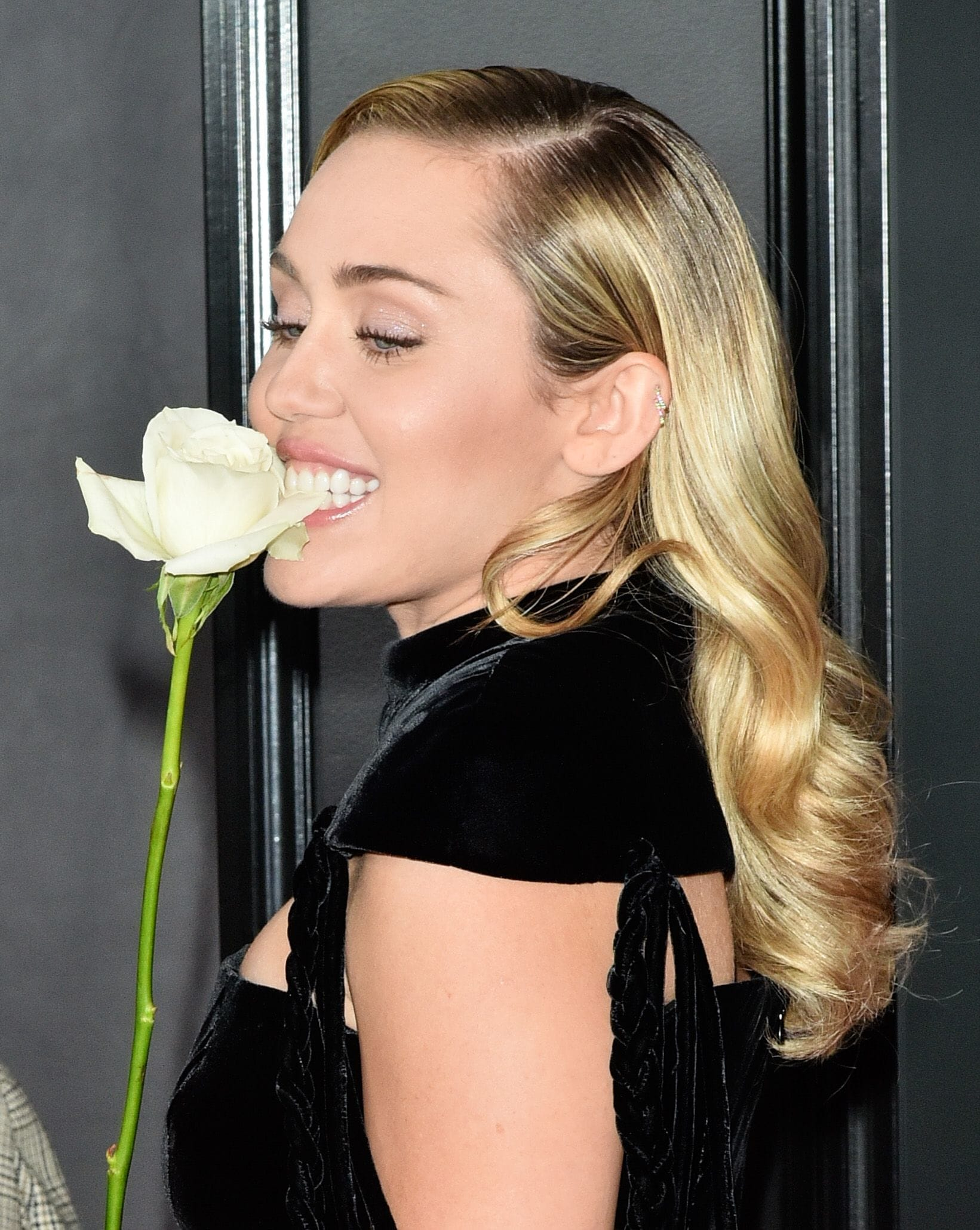 Grammy 2018 miley cyrus blonde long hair with curls at the ends