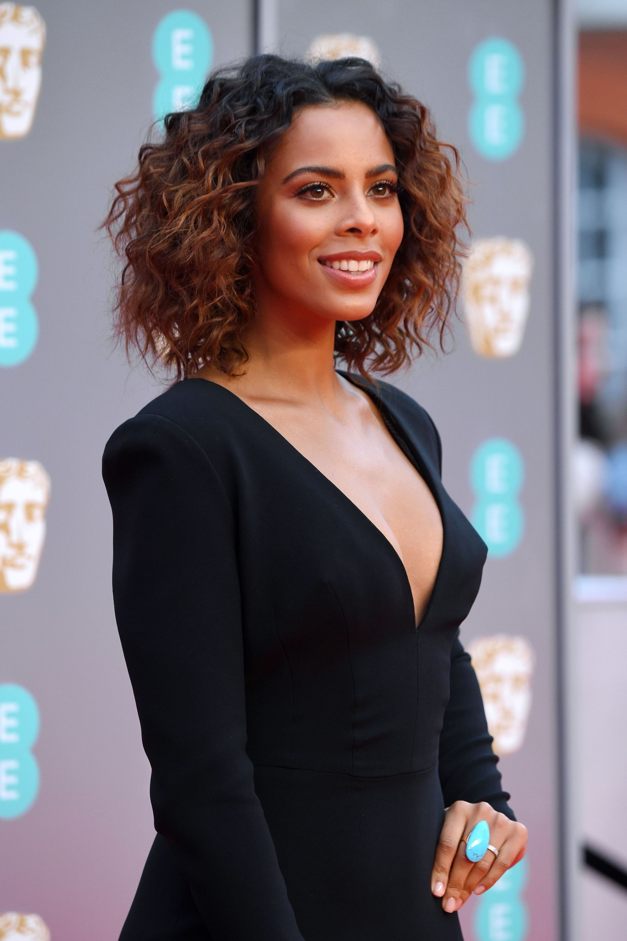 rochelle humes shoulder length brown curly hair