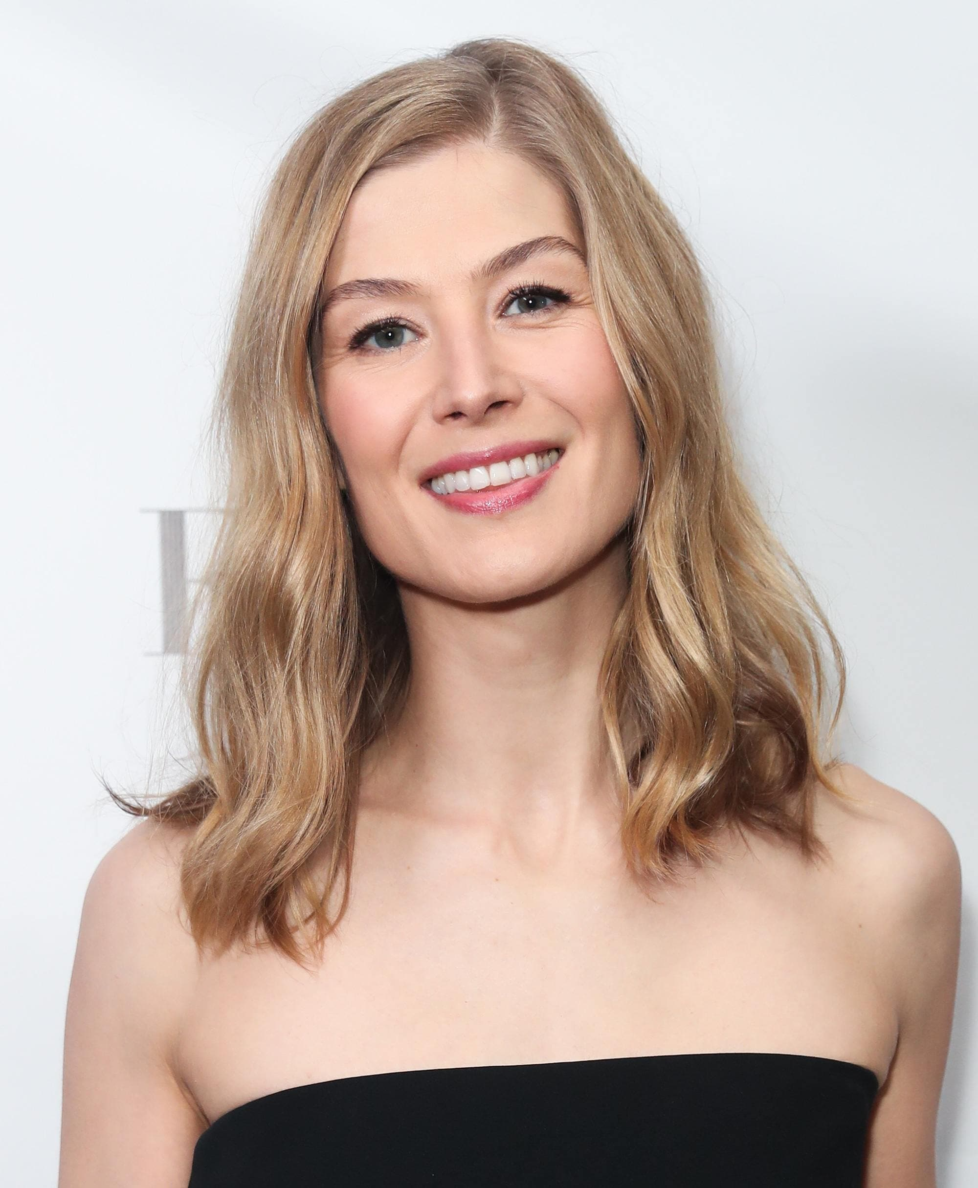 celeb hairstyles: gone girl actress rosamund pike with blonde loose curls