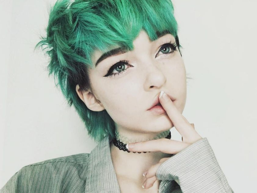 woman with green short scene hair