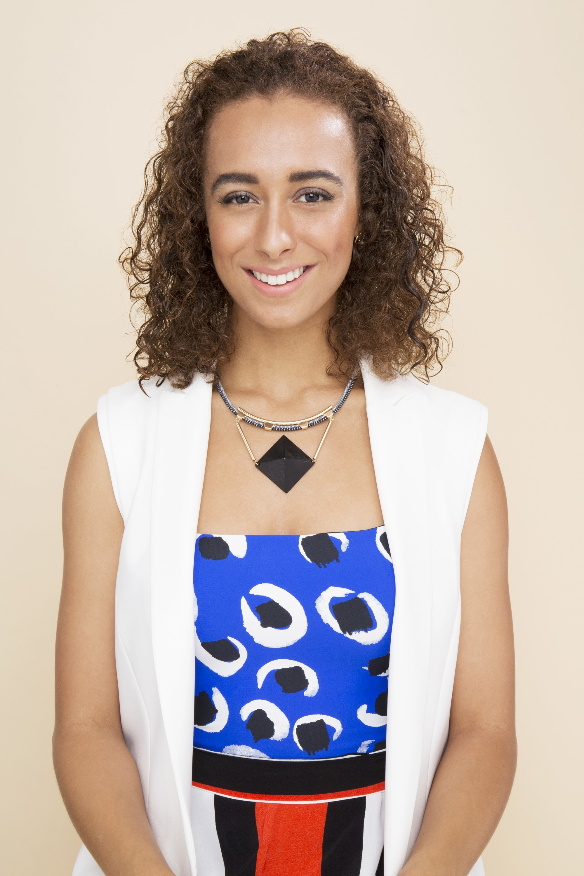 Banru knots -model with curly brown hair pushed back