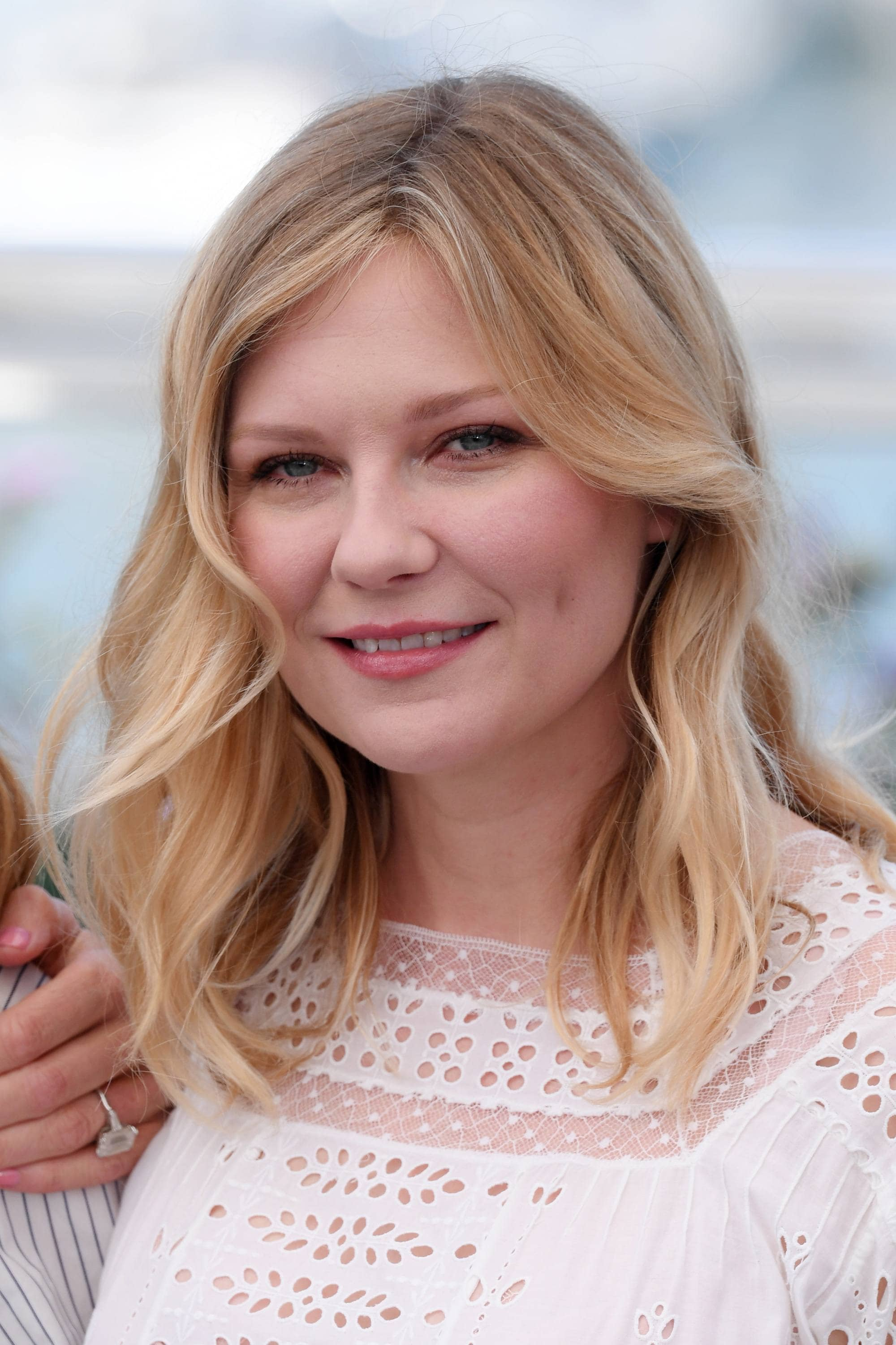 kirsten dunst with wavy hairstyle and white dress at the beguiled red carpet
