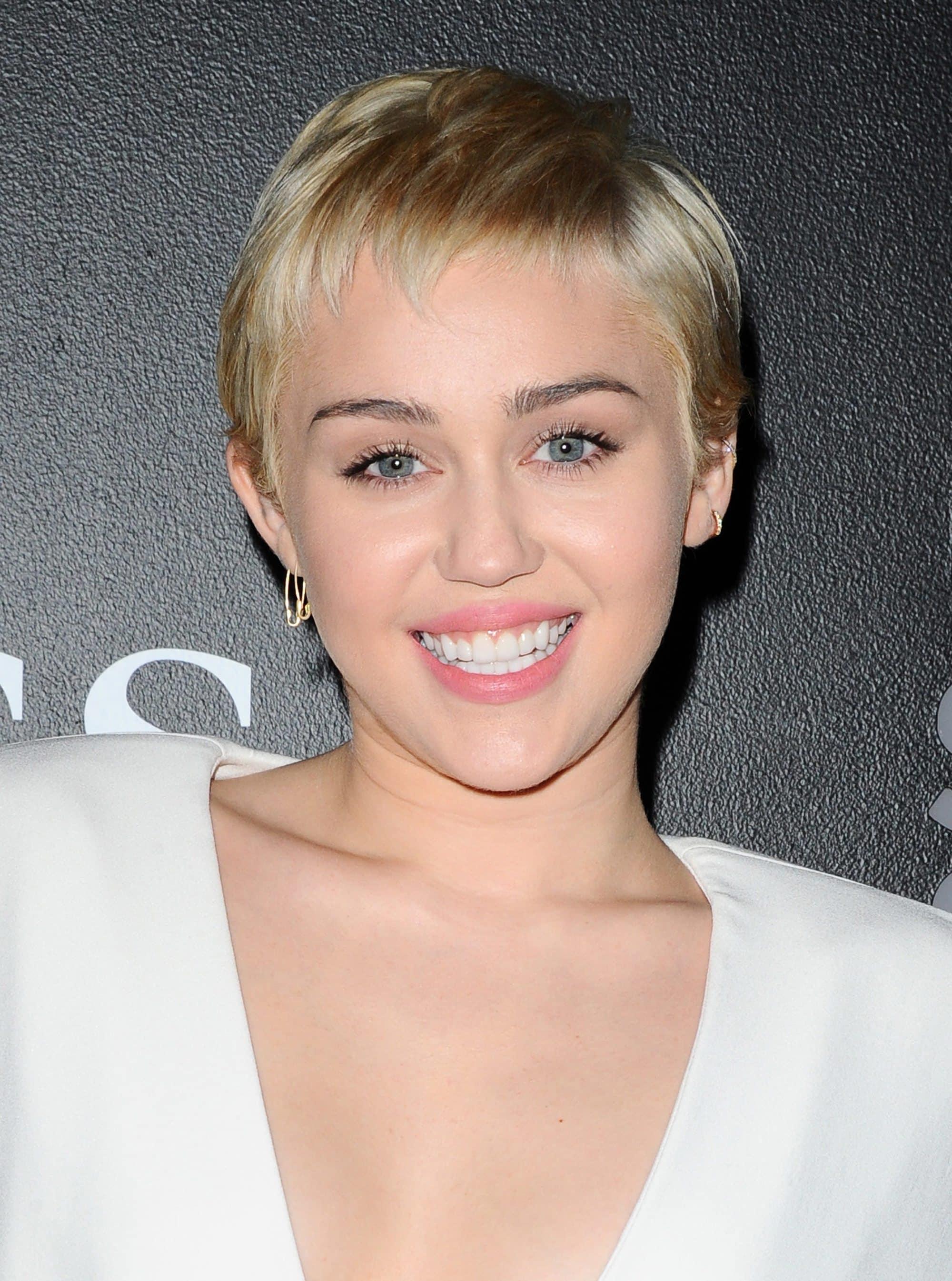 Miley Cryus - Pixie blonde hair- 2015 - Rex