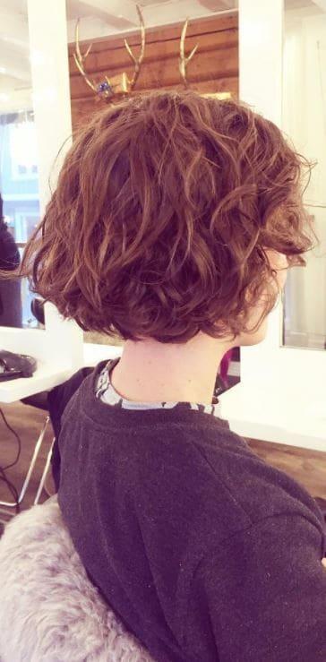 Perm hair - Bob length brown hair with loose perm -Instagram @hairandmakeupheidi