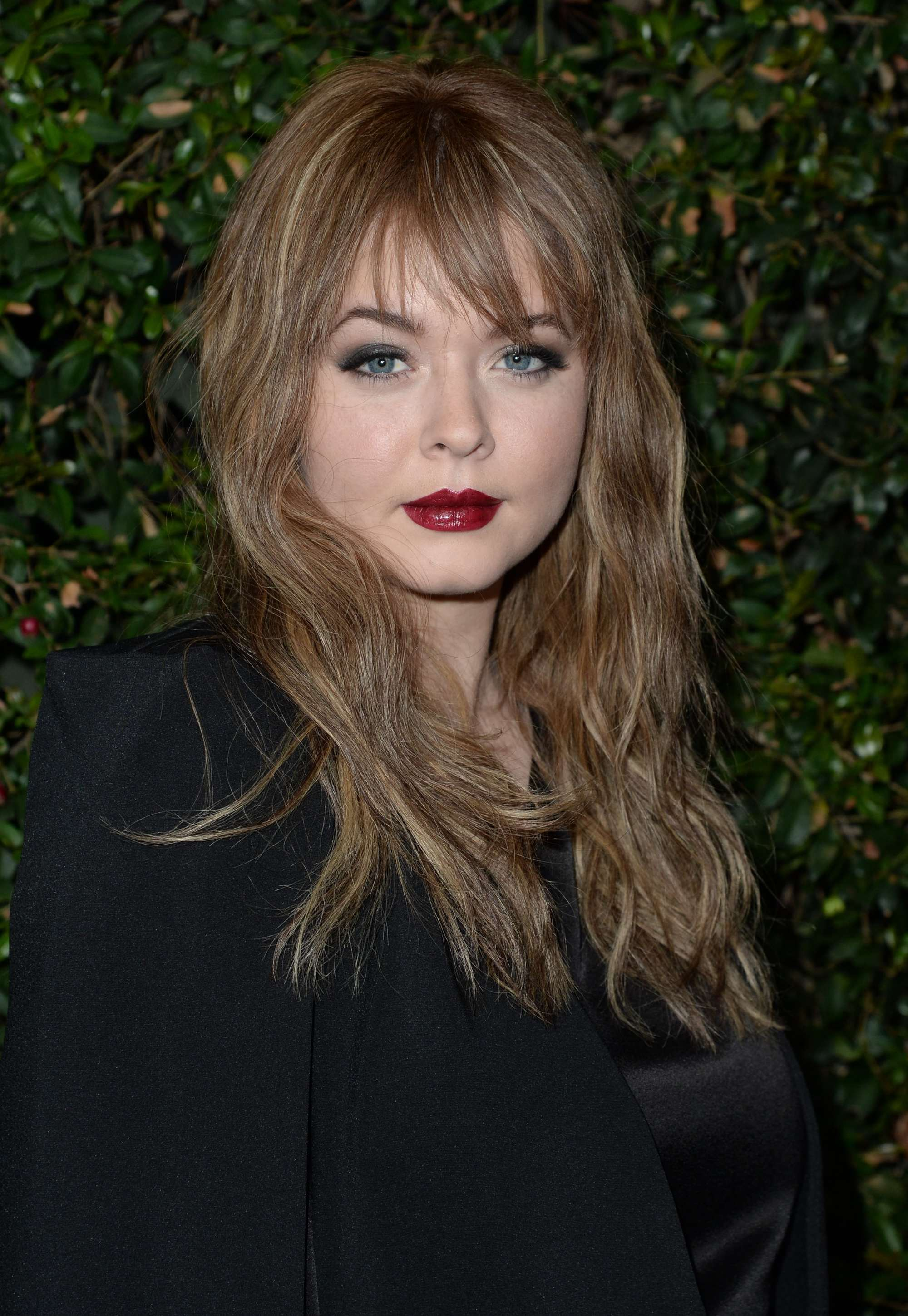hairstyles for a round face: sasha pieterse with wispy bangs and loose waves at pretty little liar event