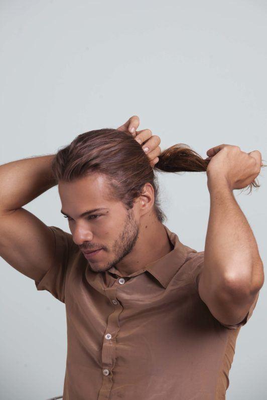 Man bun tutorial man with brown hair making ponytail