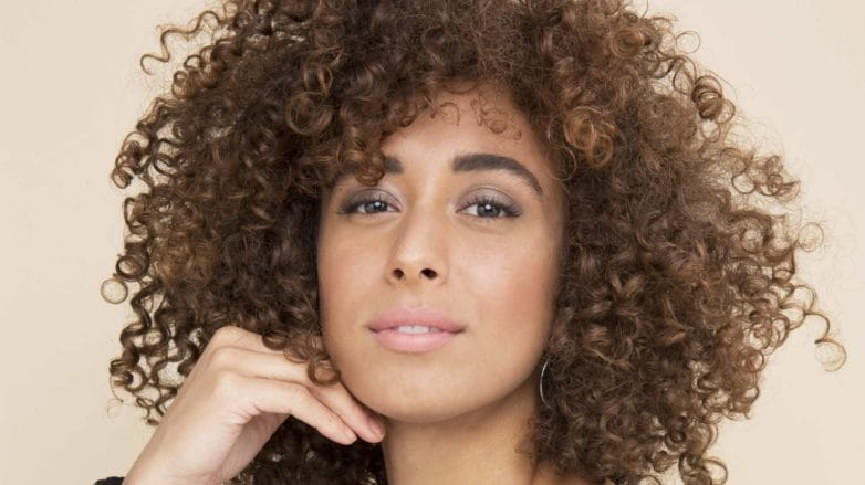 co wash shampoo: model with curly natural hair posing