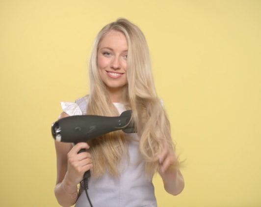 youtube beauty vlogger freddy my love blow drying her blonde hair