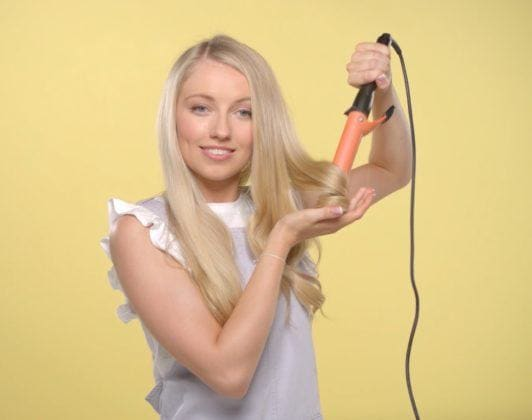 youtube beauty vlogger freddy my love curling her hair with a curling wand