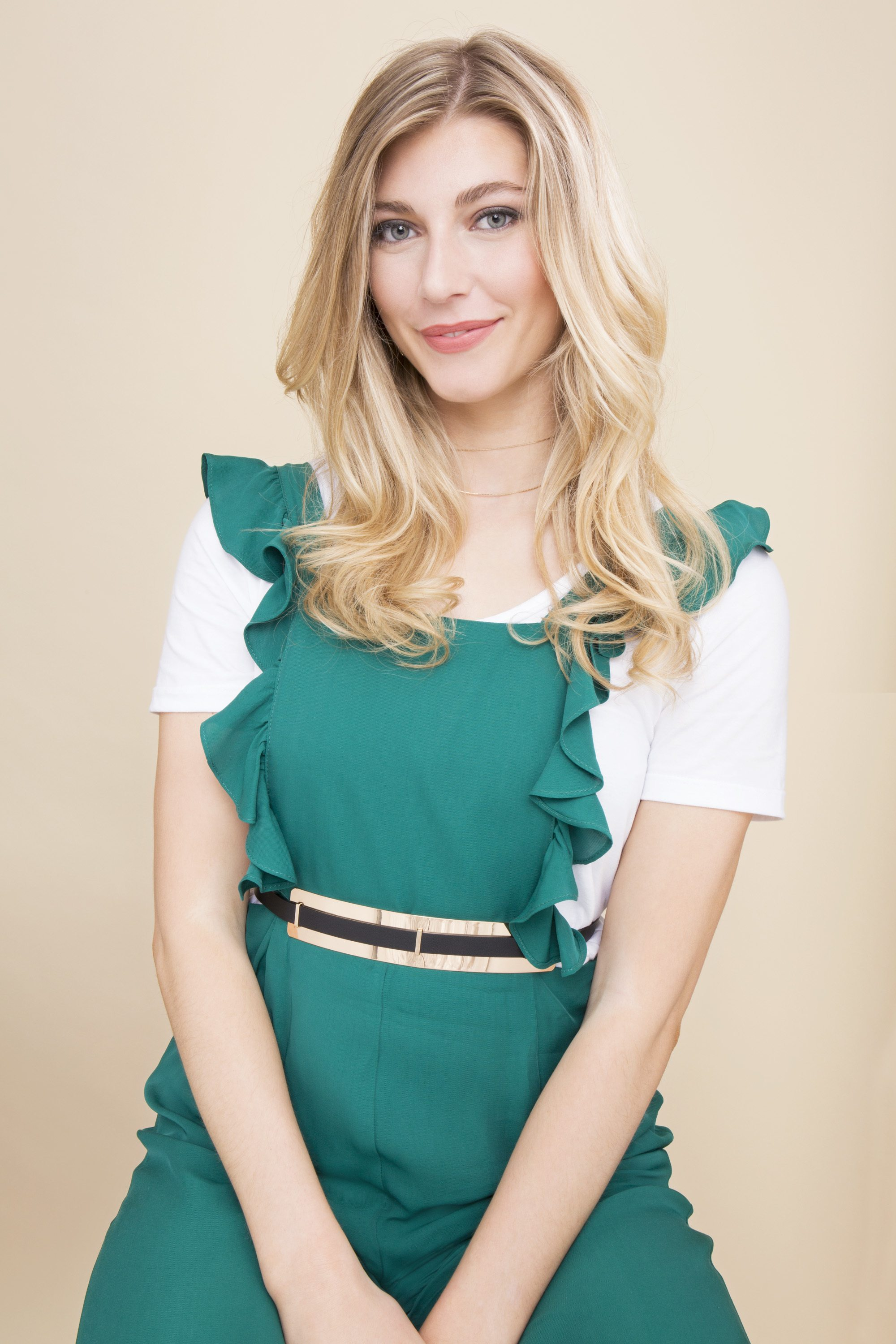 Pin Curls tutorial: Blonde woman with soft curls in a green dress