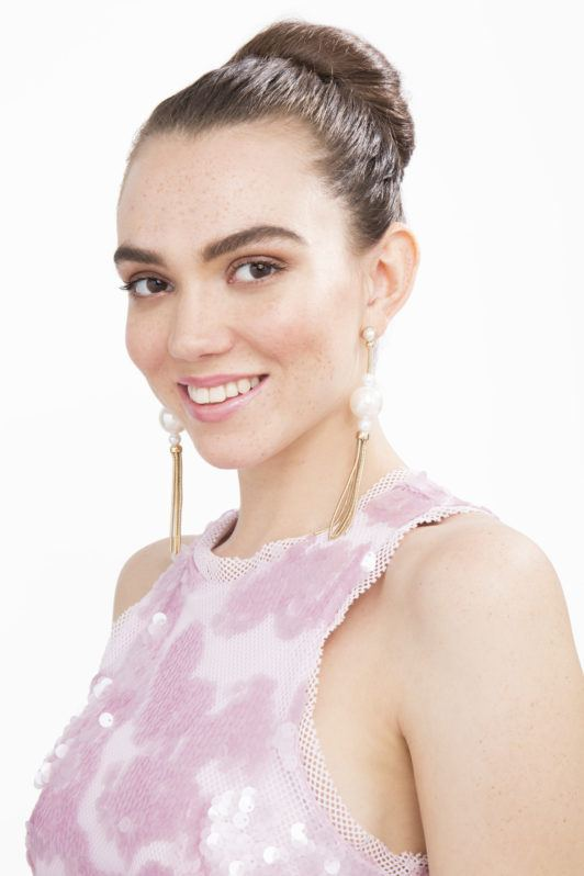 Hair donout - brunette model with high donut bun