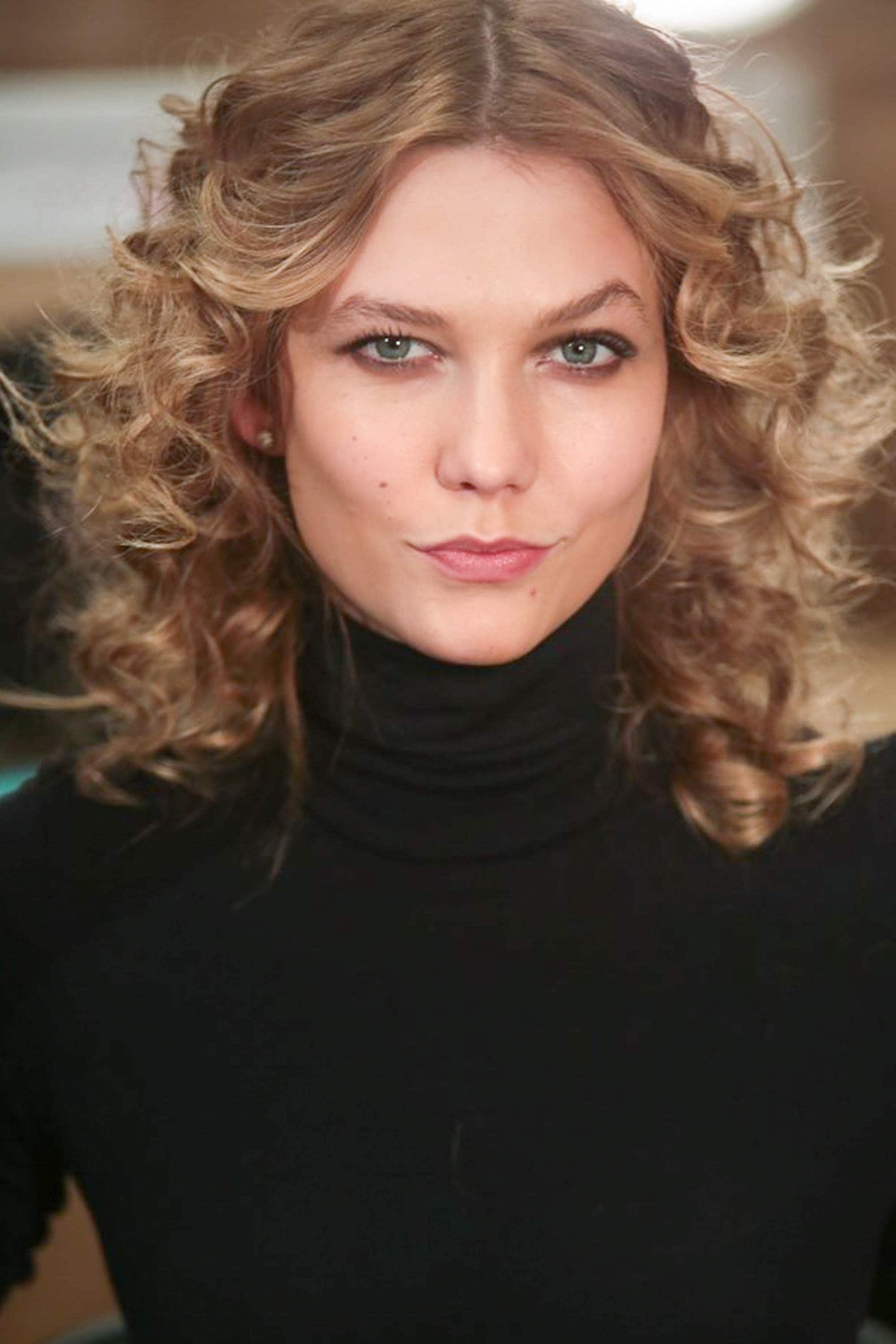 karlie kloss with spiral hairstyle, backstage at a fashion show