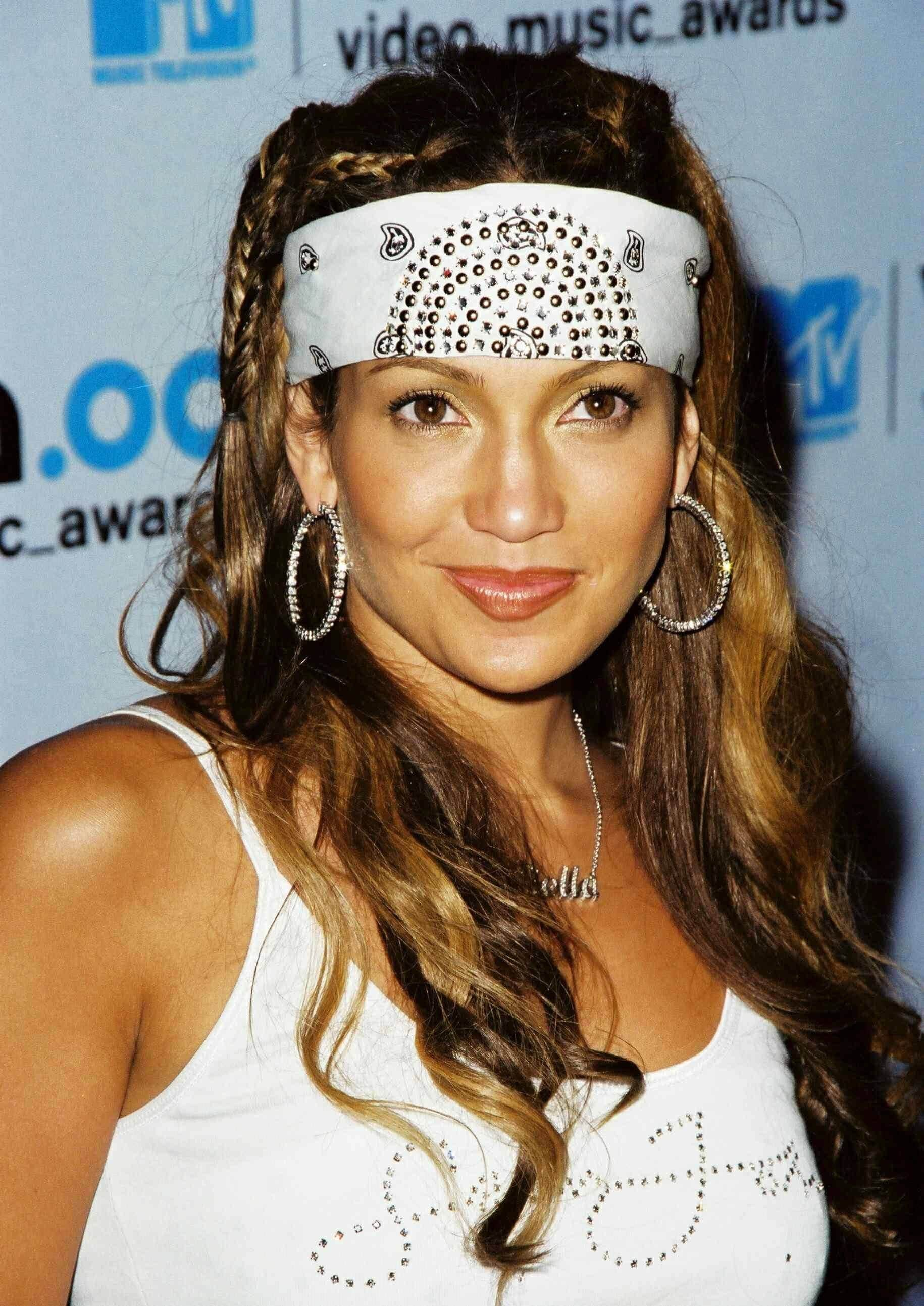 Jennier Lopez mane moments - long brown hair with blond ehighlights in wavy style with white bandana