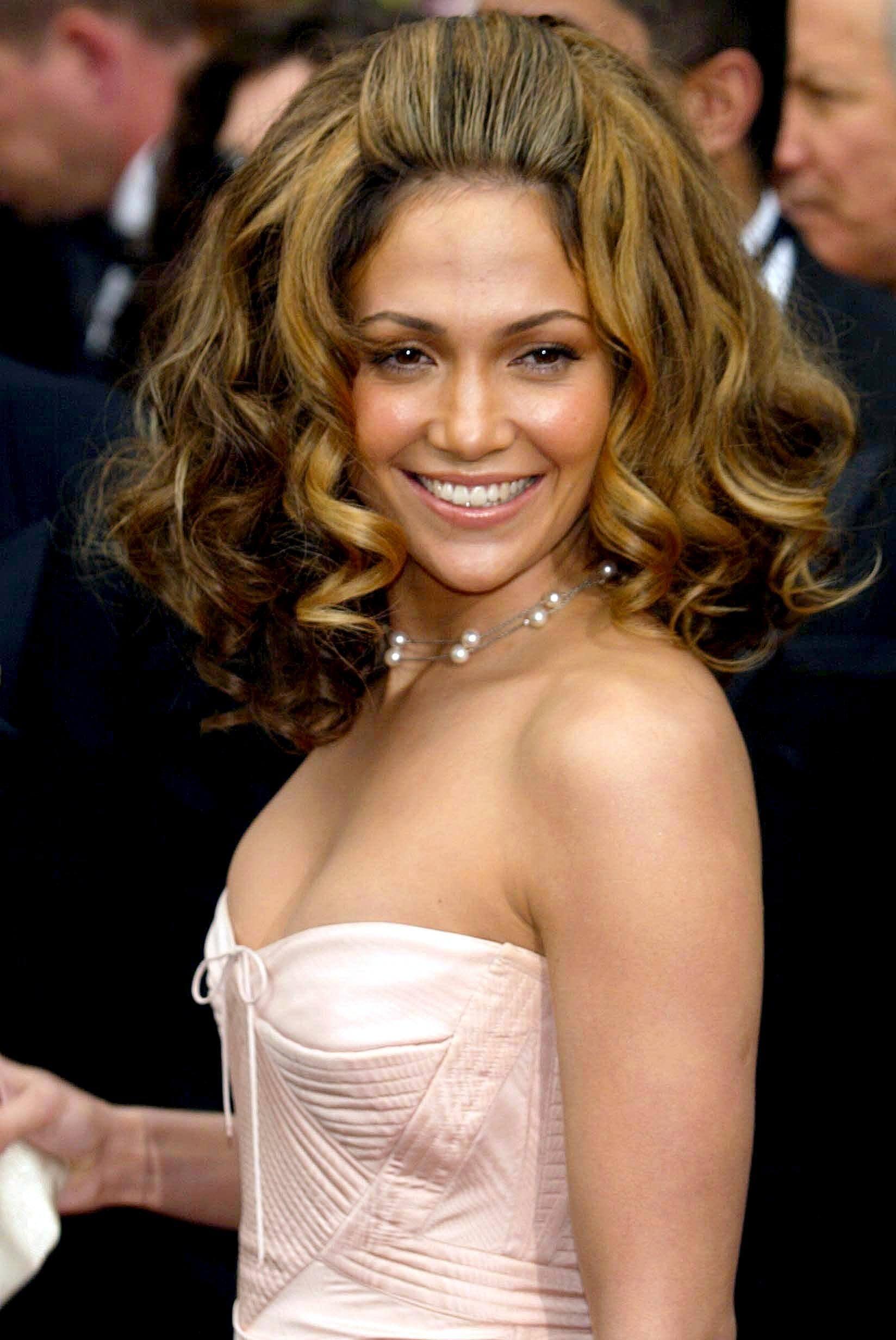 Jennifer Lopez - mane moments - 2002 - voluminous wavy long bob on dark rown hair wih blonde highlights