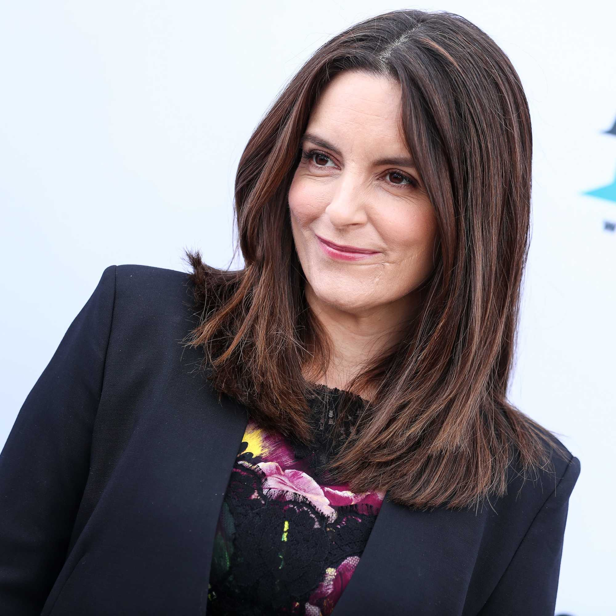 Shoulder length layered hair: comedy actress tina fey with shoulder length brown hair and blunt layers