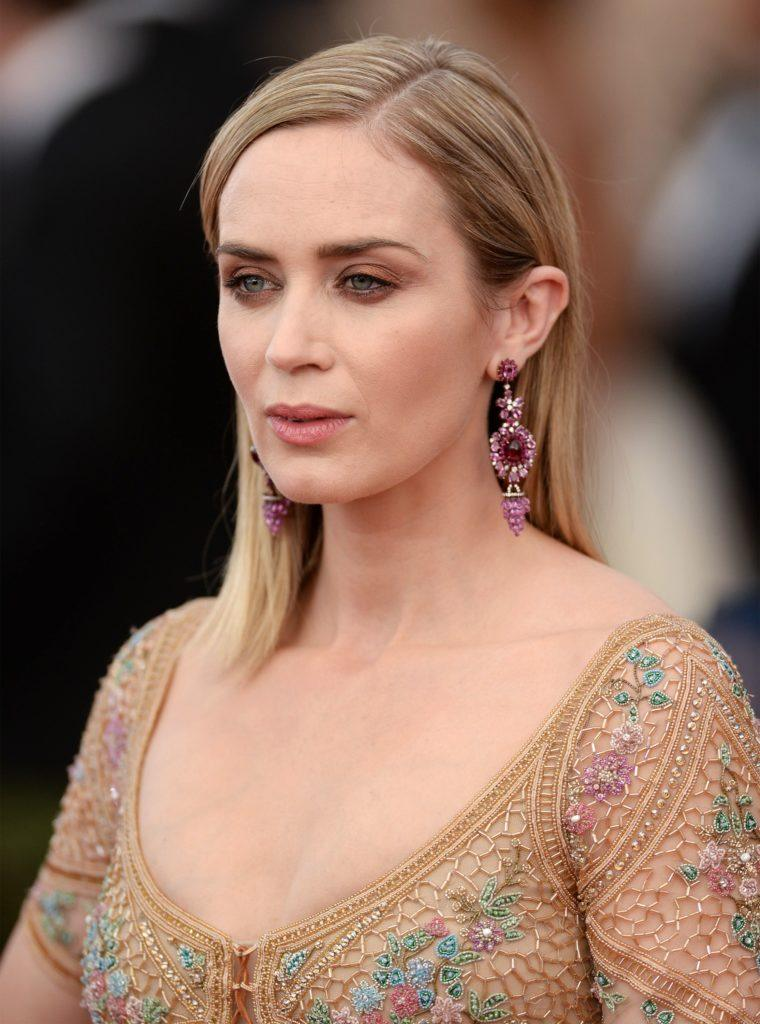 Emily Blunt wears her long bob length hair with blonde highlights at LA event