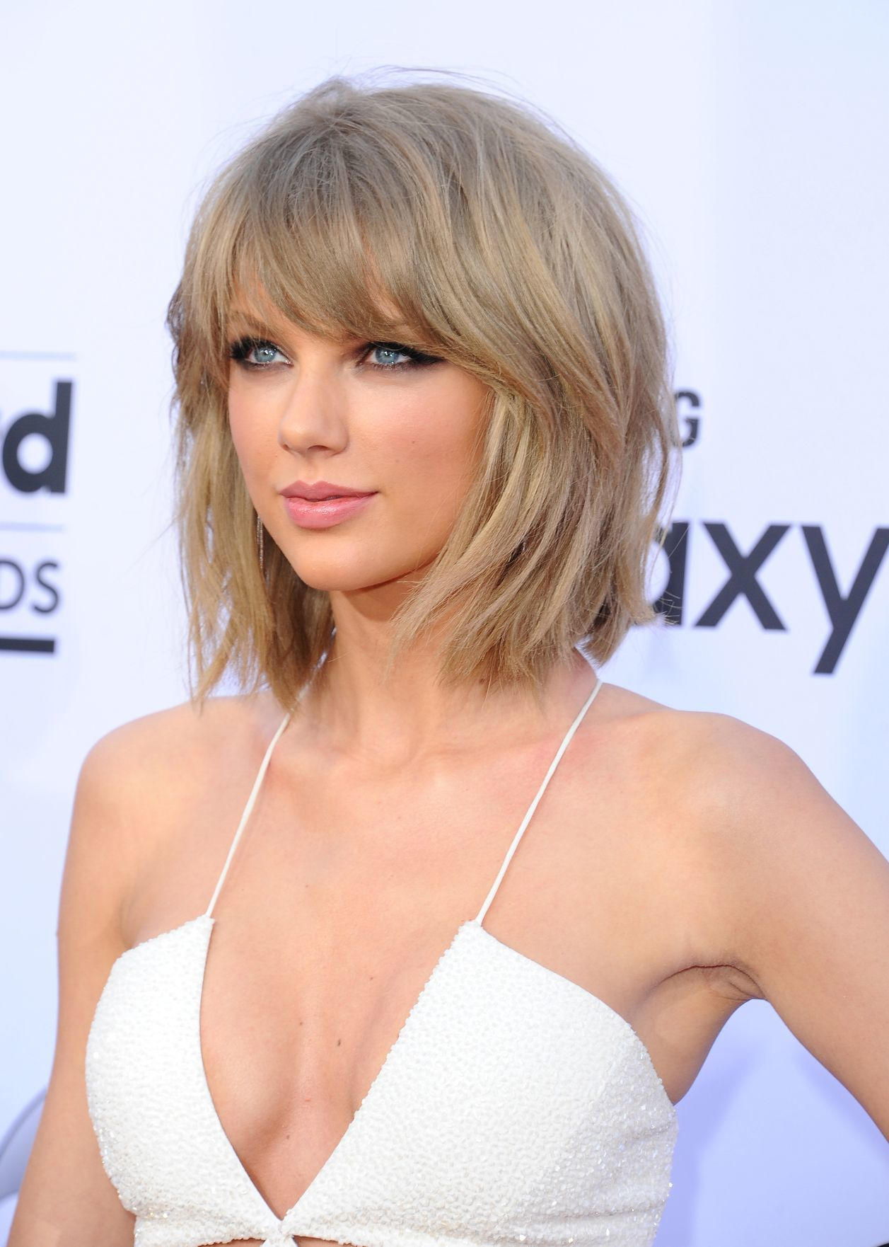 taylor swift in 2015 with a mullet shag hairstyle