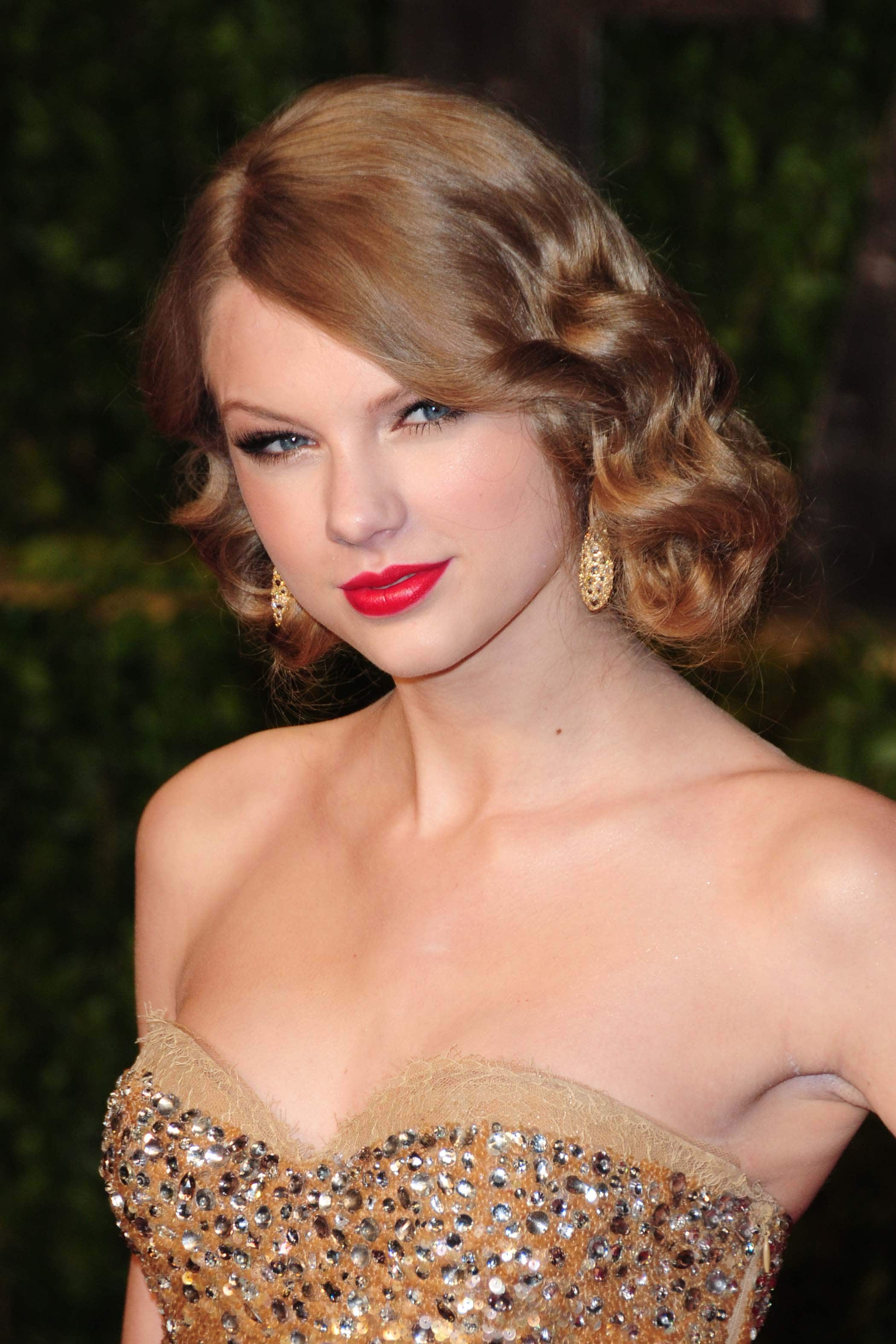 american singer taylor swift with a curly 1930s inspired faux bob hairstyle