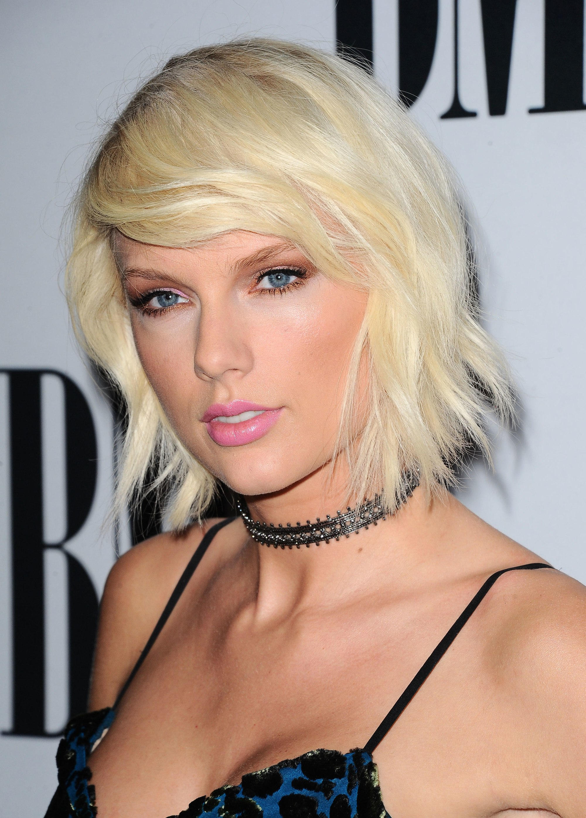 singer taylor swift with platinum blonde short hair