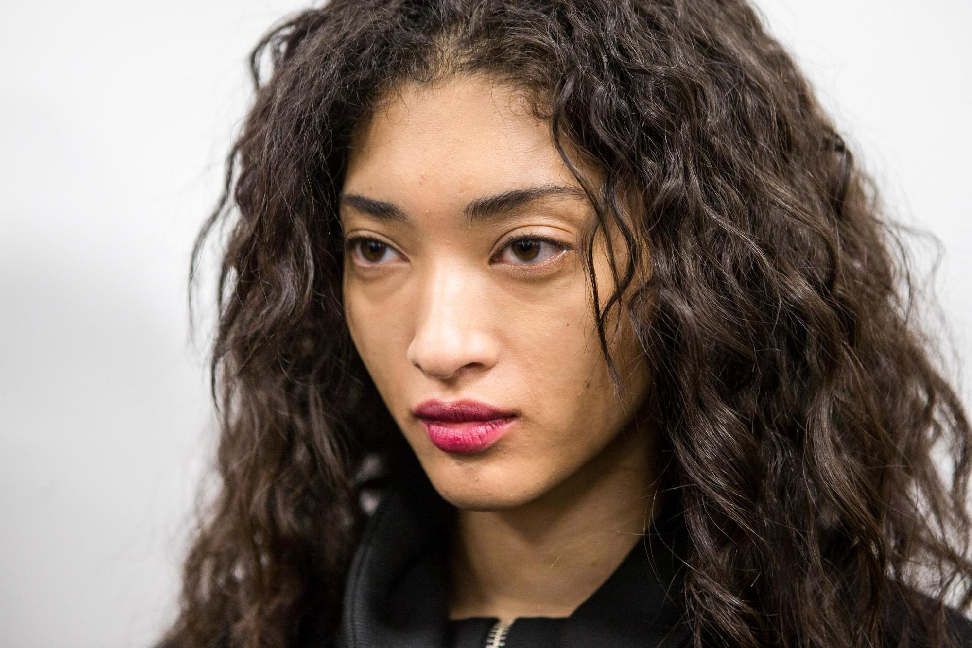 natural hair textures: shot of model with loose curly hair