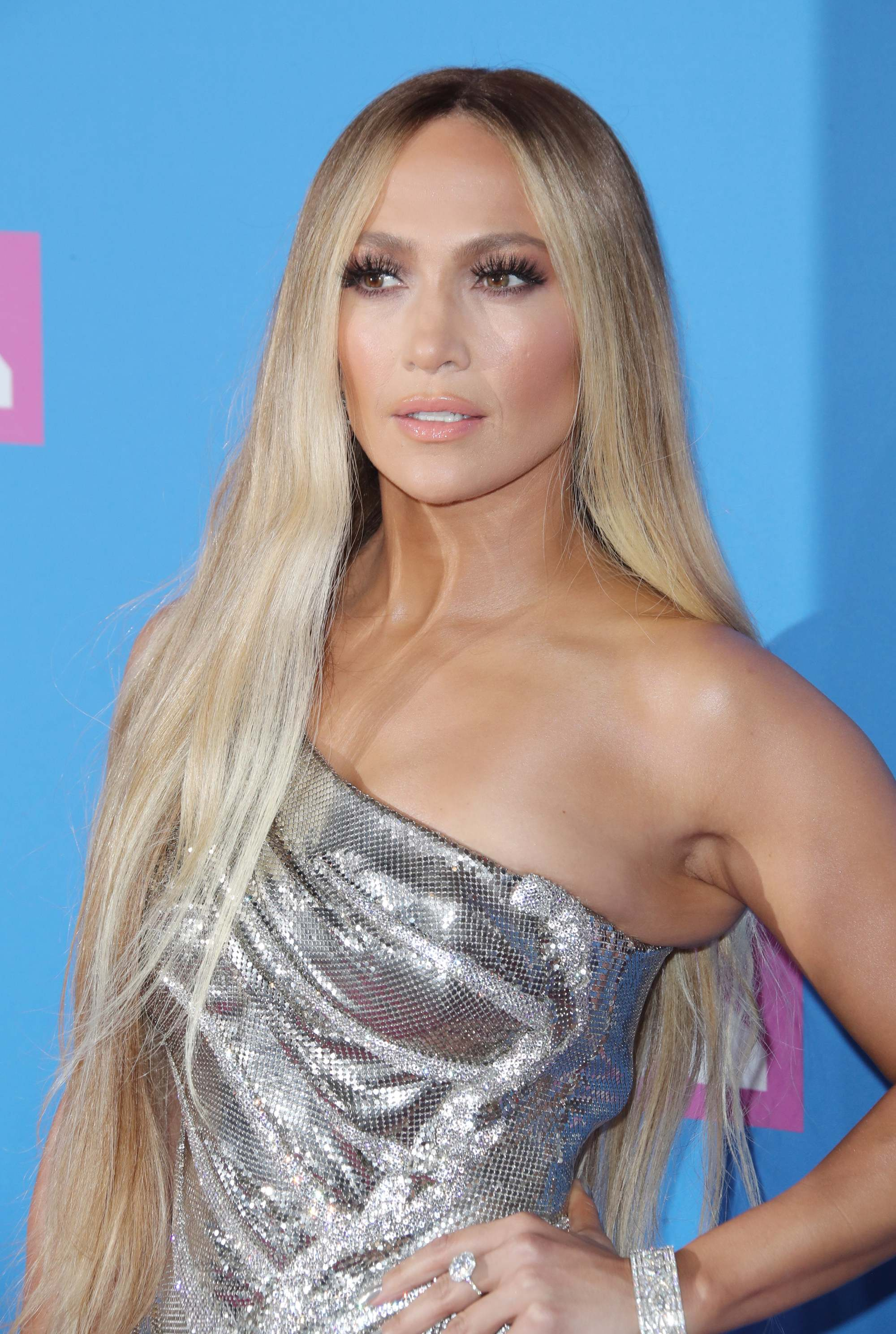 Red carpet hairstyles: Jennifer Lopez with long ash and golden blonde hair on the VMA red carpet.