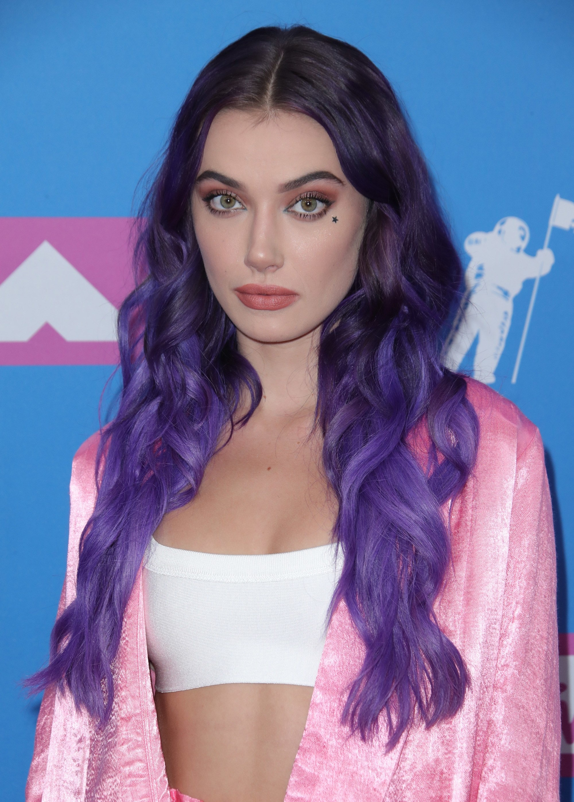 Red carpet hairstyles: Olivia O'Brien with long, curly dark brown hair with purple ombre ends on the VMA red carpet.