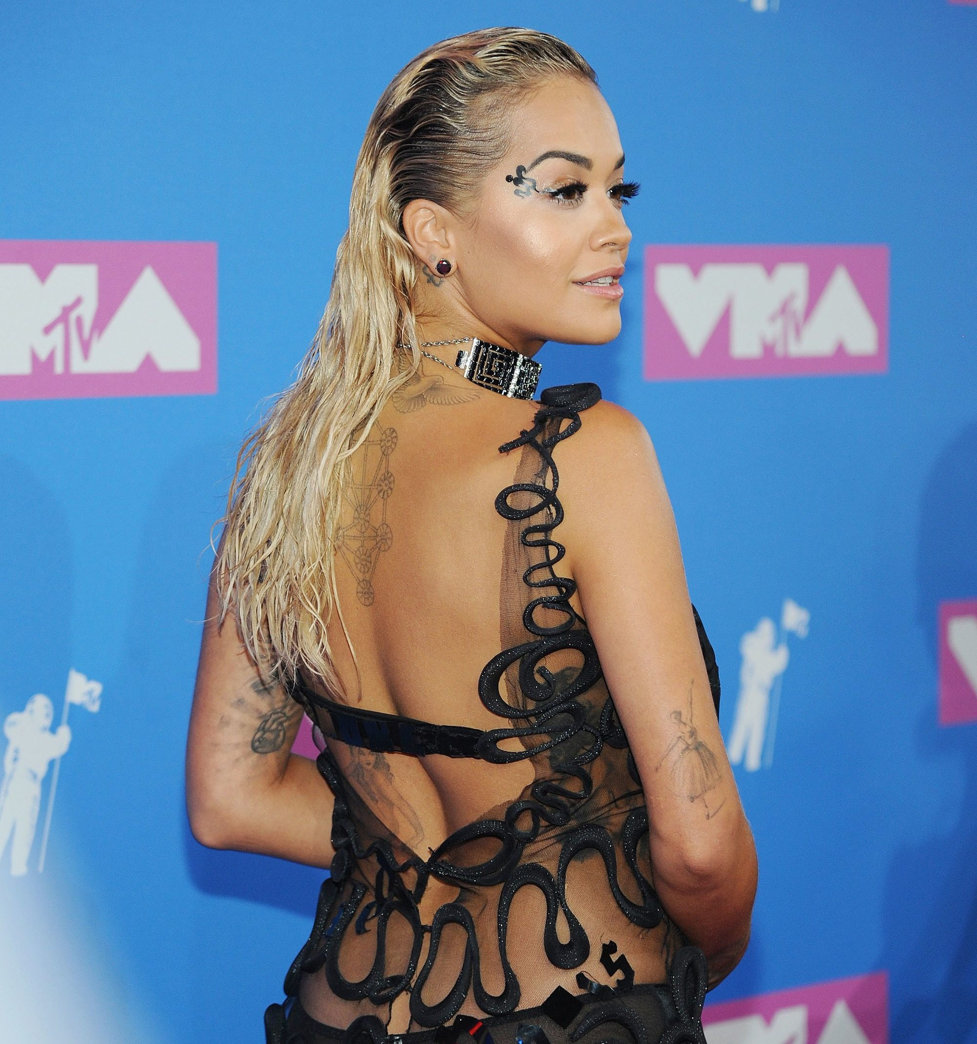 Red carpet hairstyles: Rita Ora with bleached blonde wet look hair on the VMA red carpet.
