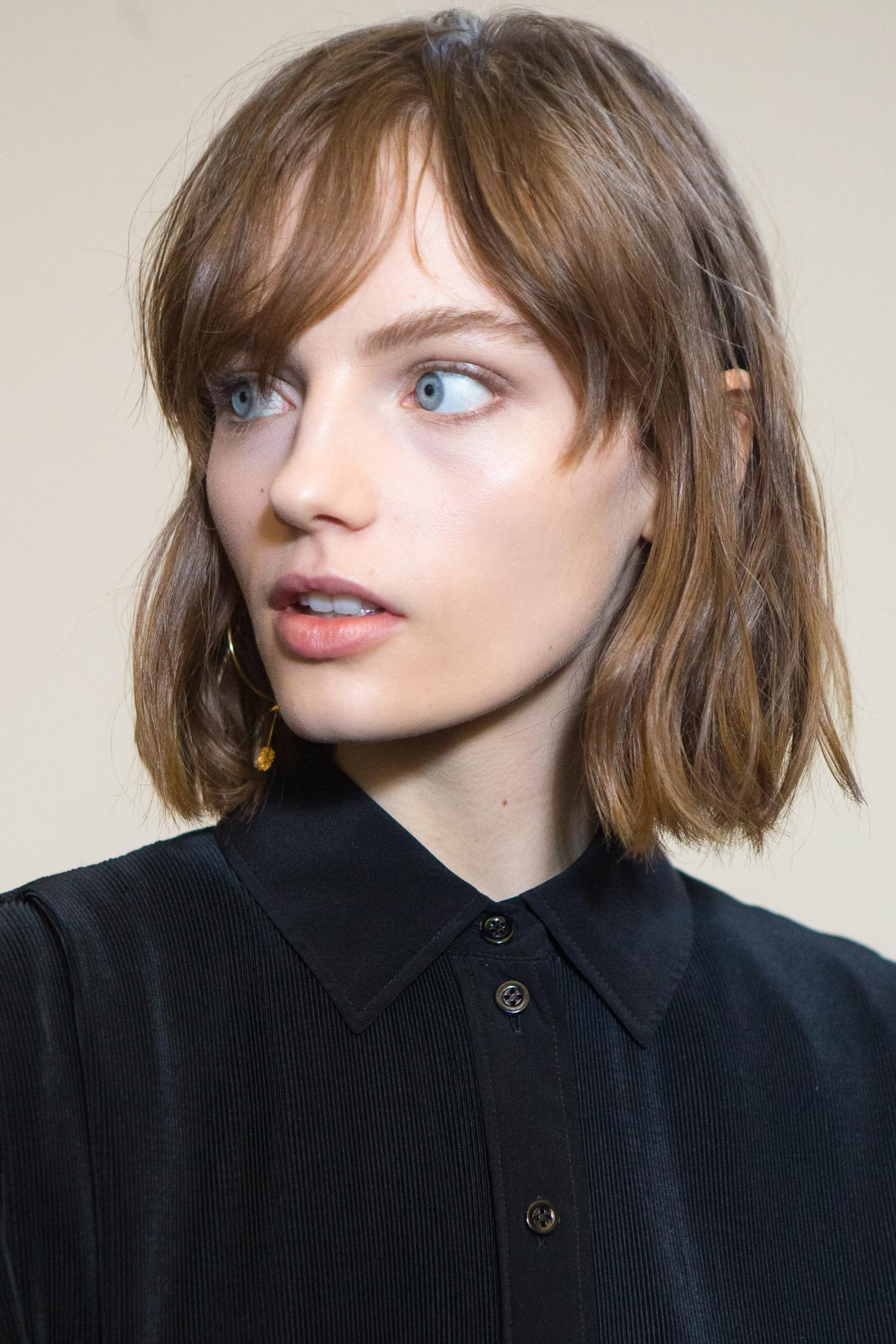 hair type quiz: shot of model with wavy type 2a hair, backstage shot